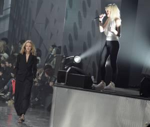 Holly Siz en live au défilé H&M pendant la Fashion Week de Paris, le 26 février 2014