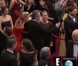 Jennifer Lawrence photobomb un couple sur le tapis rouge des Oscars 2014, le 2 mars 2014