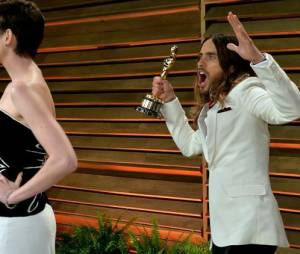 Jared Leto photobomb Anne Hathaway à la soirée Vanity Fair des Oscars 2014, le 2 mars 2014