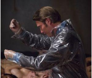 "Hannibal saison 2, épisode 2 : Hannibal (Mads Mikkelsen) en plein ""travail"""