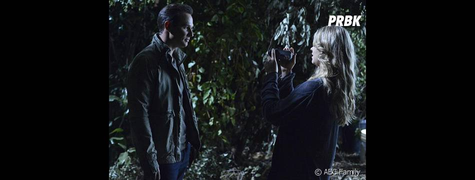 Pretty Little Liars saison 4, épisode 24 : Ryan Merriman sur une photo