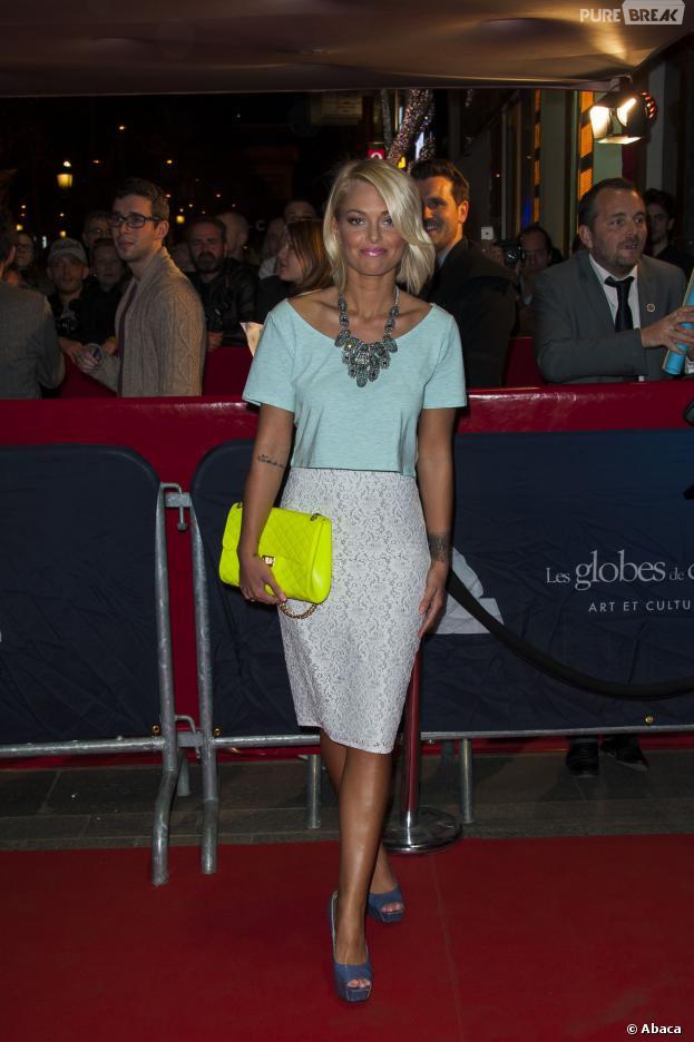 Caroline Receveur au top avec un ensemble crop-top/jupe crayon