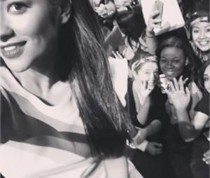 Pretty Little Liars : Shay Mitchell pose avec ses fans le 16 mars 2014 au PaleyFest