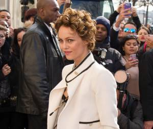 Vanessa Paradis débarque au défilé Chanel de la Fashion Week, le 4 mars 2014 au Grand Palais à Paris