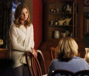 Revenge saison 3, épisode 18 : Emily VanCamp face à une inconnue sur une photo