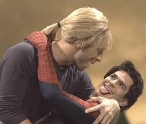 Chris Martin apprend à embrasser à Andrew Garfield