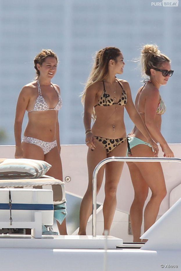 Vanessa Hudgens et Ashley Tisdale profitent du soleil en bikinis, le 17 mai 2014
