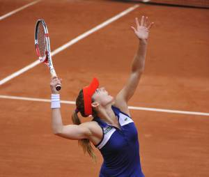 Alizée Cornet sert à Roland Garros, le 28 mai 2014