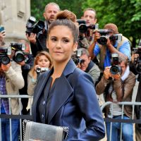 Nina Dobrev dévoile ses jambes sexy à la Fashion Week de Paris