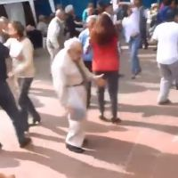 [VIDEO] un papy fait le buzz avec une choré délirante lors d'un mariage