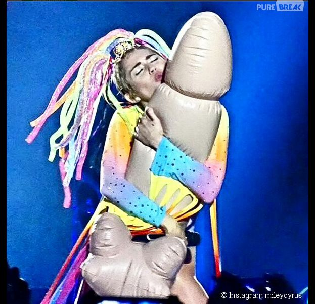 Miley Cyrus serre un faux pénis pendant un concert