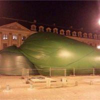 #PlugGate : après les moqueries, la sculpture de la place Vendôme vandalisée