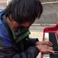 Talent de rue : un SDF donne une superbe leçon de piano