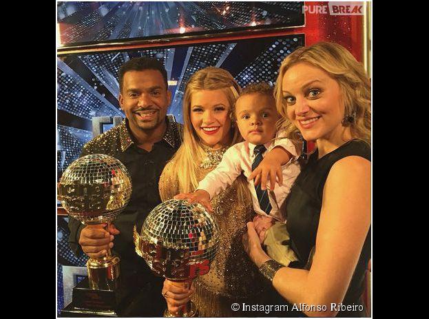 Alfonso Ribeiro, sa danseuse Witney, sa femme et son fils après la finale de Dancing With The Stars