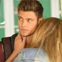 Rayane Bensetti : bisou avec une jolie blonde sur le tournage de Clem