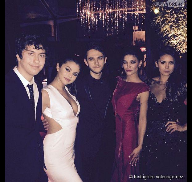Selena Gomez sexy et décolletée aux côtés de Nina Dobrev, Jessica Szohr et Zedd aux Golden Globes 2015, le 11 janvier, à Los Angeles