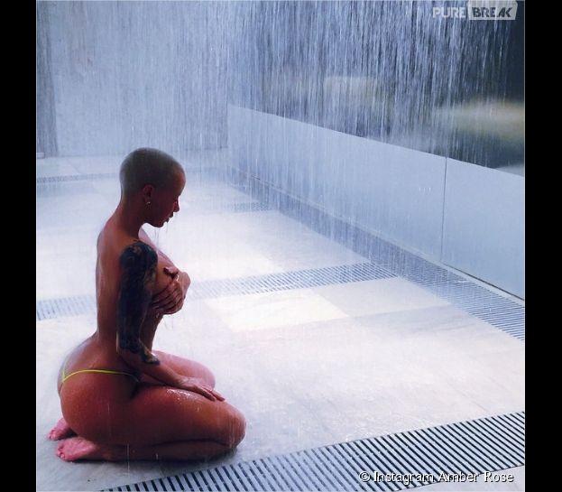 Amber Rose en string sous la douche sur une photo sexy postée sur Instagram