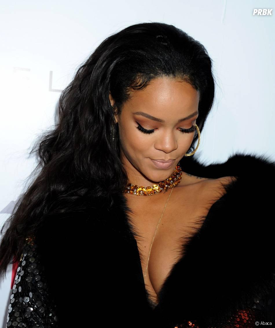 Rihanna décolletée à la cérémonie des Fashion LA Awards le 22 janvier 2015 à Los Angeles