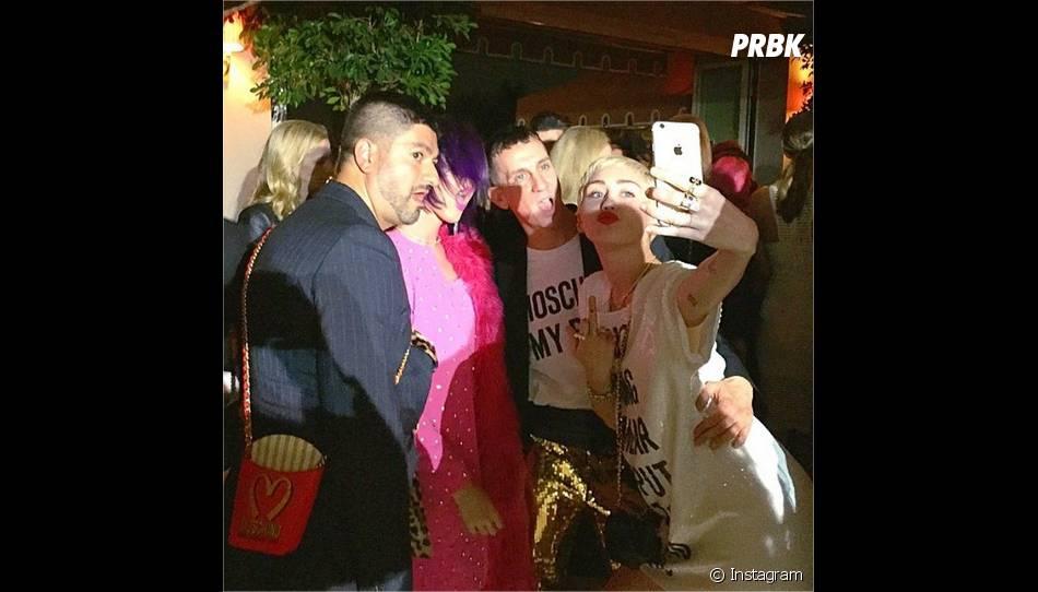 Miley Cyrus, Katy Perry, Jeremy Scott et Pablo Olea en mode selfie à la cérémonie des Fashion LA Awards le 22 janvier 2015
