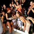 Fauve Hautot sexy sur scène pour apporter le gâteau d'anniversaire de Silvia Notargiacomo, le 24 janvier 2015