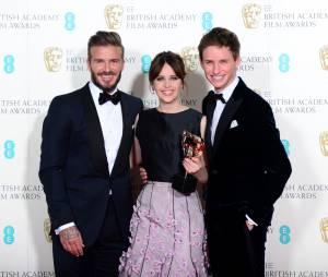 David Beckham pose avec Felicity Jones et Eddie Redmayne, gagnants aux BAFTA 2015