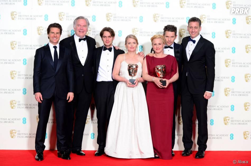 Tom Cruise pose avec l'équipe de Boyhood, gagnant aux BAFTA 2015