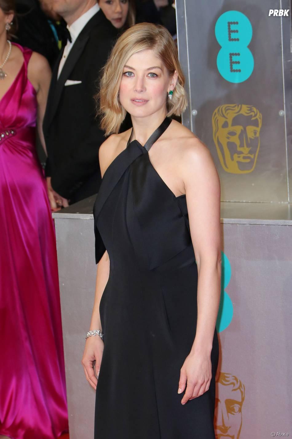 Rosamund Pike sur le tapis-rouge des BAFTA le 8 février 2015 à Londres