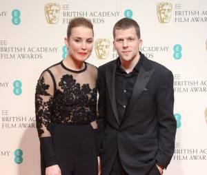 Noomi Rapace et Jesse Eisenberg sur le tapis-rouge des BAFTA le 8 février 2015 à Londres