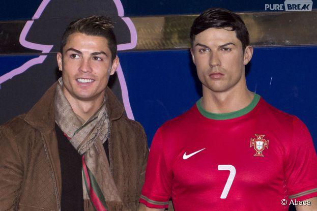 Cristiano Ronaldo prend la pose à l'inauguration de sa statue de cire aumusée de cireCera de Madrid, le7 décembre 2013