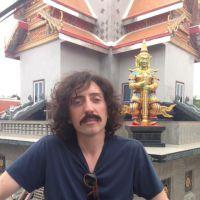 Gad Elmaleh : moustache et cheveux longs, son drôle de look en Thaïlande