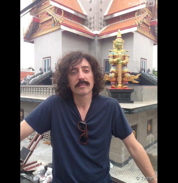 Gad Elmaleh moustachu et chevelu sur le tournage de Pattaya, le 23 mars 2015 sur Twitter