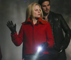 Once Upon a Time saison 4, épisode 18 : Emma (Jennifer Morrison) et Hook (Colin O'Donoghue) sur une photo