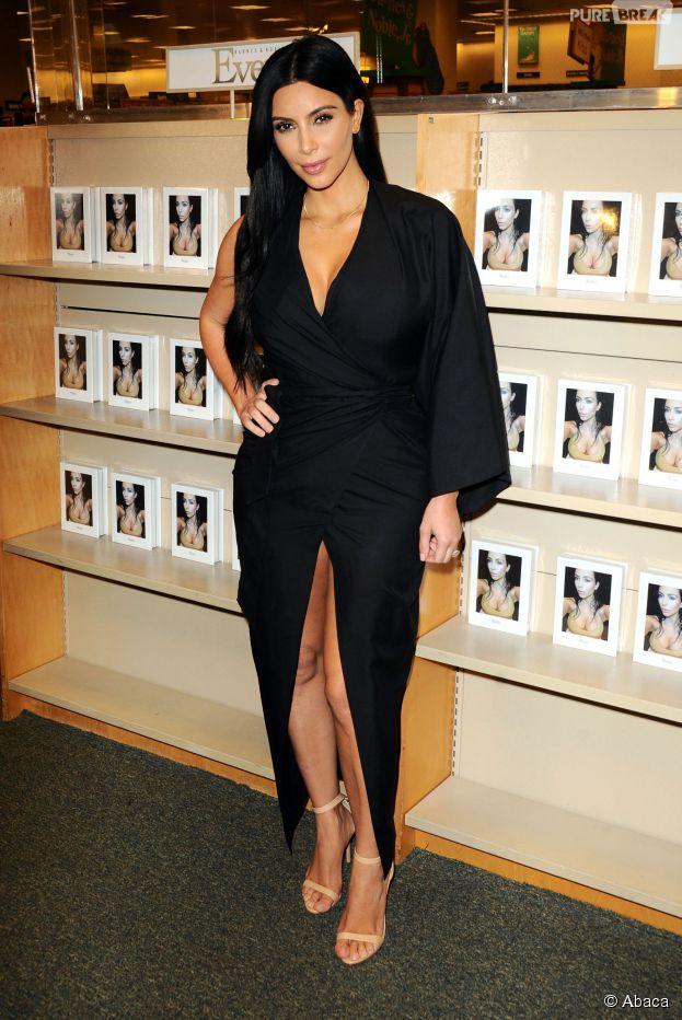 0005351b06f30 Kim Kardashian sexy lors d'une séance de dédicaces de son