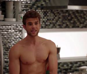 Significant Mother : Nathaniel Buzolic (The Vampire Diaries) se met à nu dans le teaser