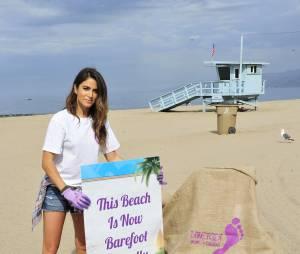 Nikki Reed nettoie une plage à Santa Monica le 18 juillet 2015