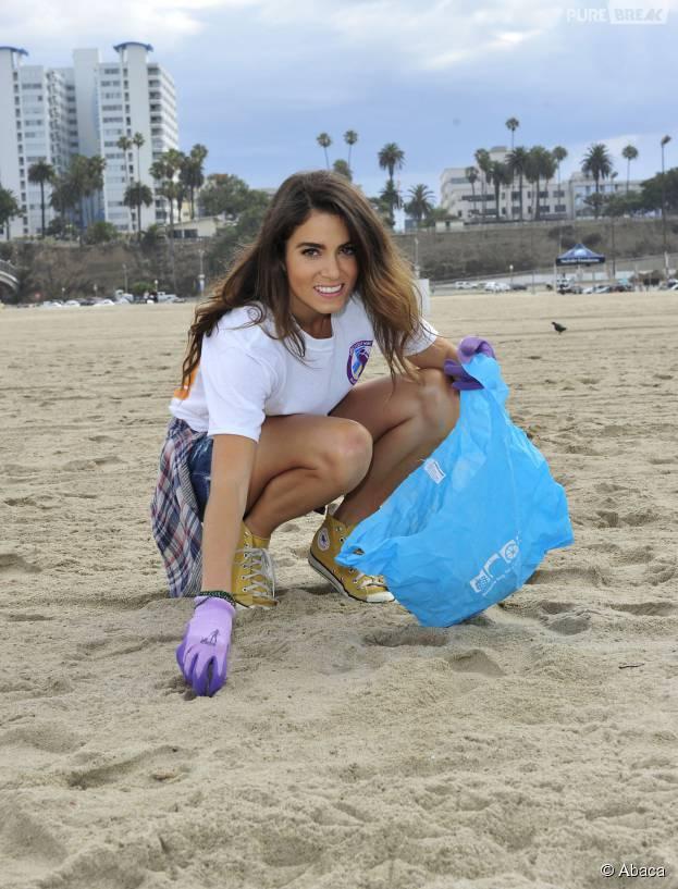 Nikki Reed naturelle et souriante pour nettoyer une plage à Santa Monica le 18 juillet 2015