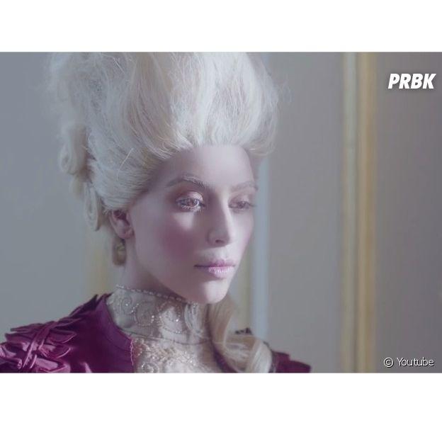 Kim Kardashian en Marie-Antoinette dans une publicité pour les boissons énergisantes Hype