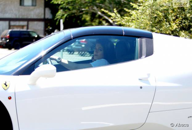 Kylie Jenner au volant de sa Ferrari, le 14 août 2015