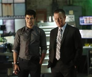 Scorpion saison 2, épisode 1 : Elyes Gabel et Robert Patrick sur une photo