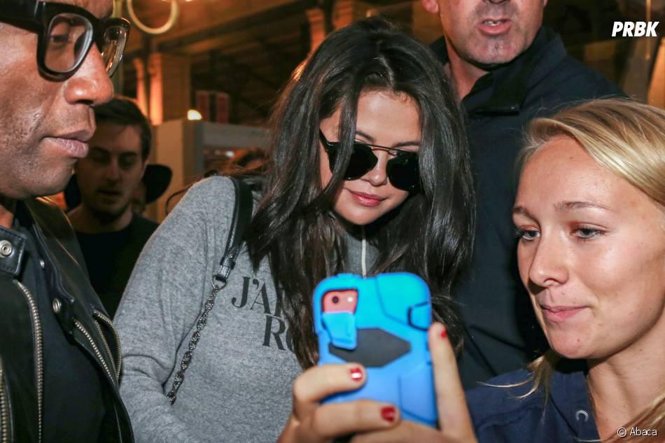Selena Gomez : selfies avec des fans à son arrivée à Paris, le 25 septembre 2015