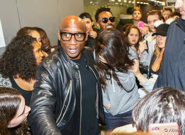 Selena Gomez bousculée lors de son arrivée à Paris, le 25 septembre 2015 à Gare du Nord