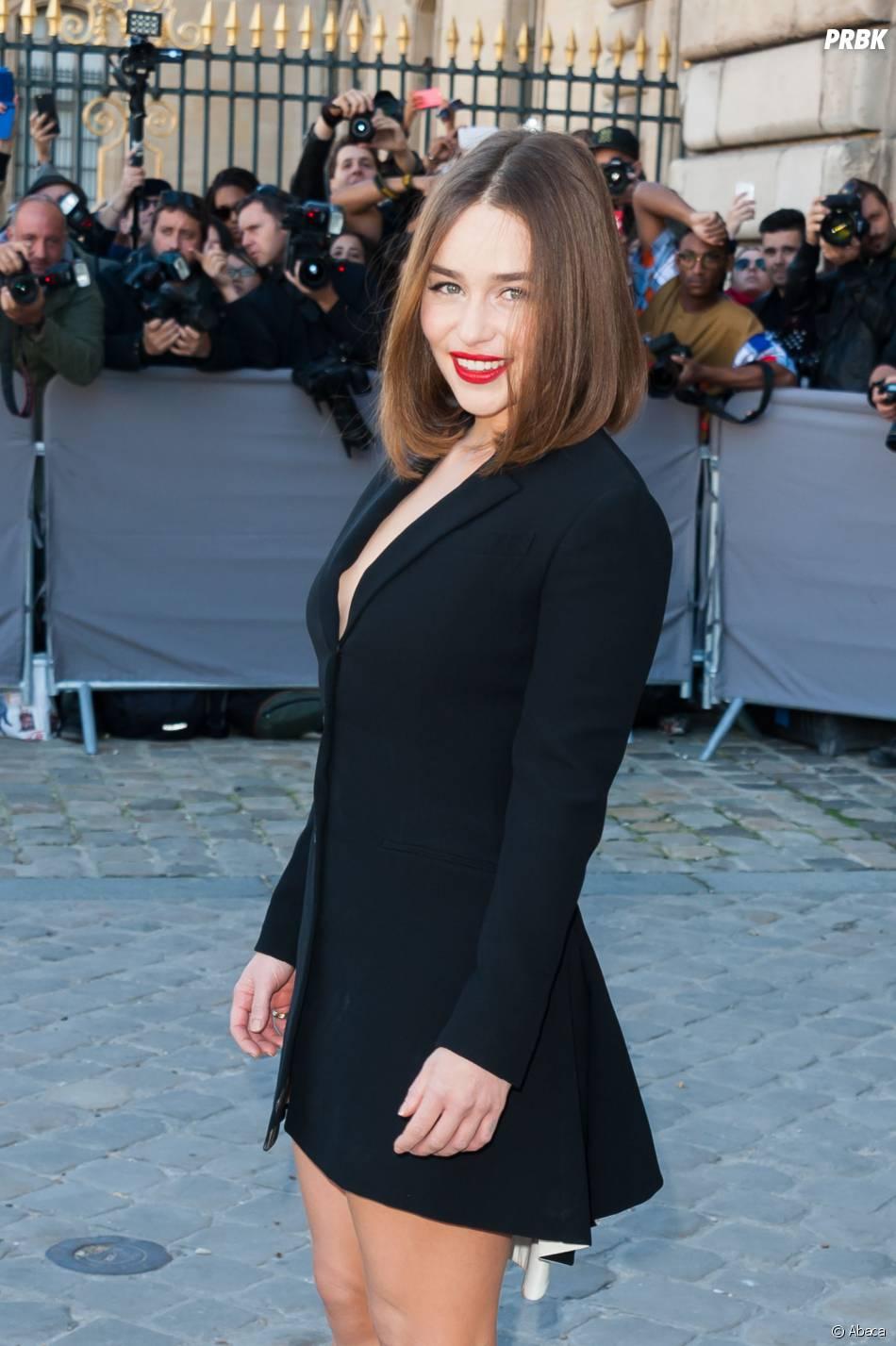 2db6cca6979 Emilia Clarke sexy en petite robe noire au défilé Dior à Paris le 2 octobre  2015