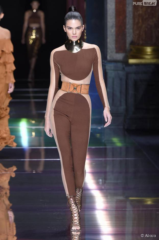 Kendall Jenner défile pour Balmain, le 1er octobre 2015, à la Fashion Week de Paris