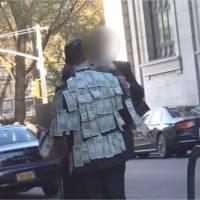 Cet homme distribue de l'argent dans la rue : la réaction de ce SDF est admirable
