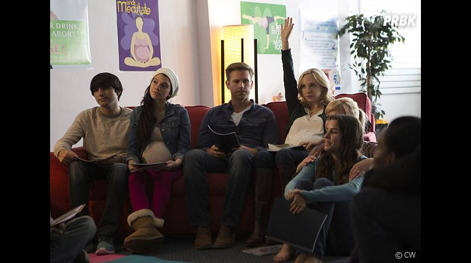 The Vampire Diaries saison 7, épisode 9 : Matt Davis (Alaric) et Candice Accola (Caroline) sur une photo