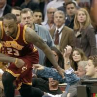 Lebron James chute sur une spectatrice en plein match et l'envoie à l'hôpital