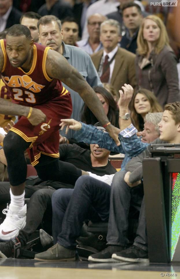 LeBron James : le basketteur chute sur une spectatrice et l'envoie à l'hôpital en plein match entre les Cavaliers et le Thunder, le 17 décembre 2015