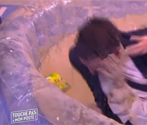 Valérie Bénaïm et Estelle Denis s'affrontent dans la boue le 7 janvier 2016 dans TPMP sur D8