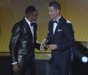 Cristiano Ronaldo et Samuel Eto'o lors de la cérémonie du Ballon d'or 2015 à Zurich, le 11 janvier 2016