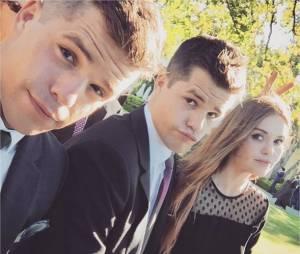 Charlie Carver pose avec Max Carver et Holland Roden sur Instagram